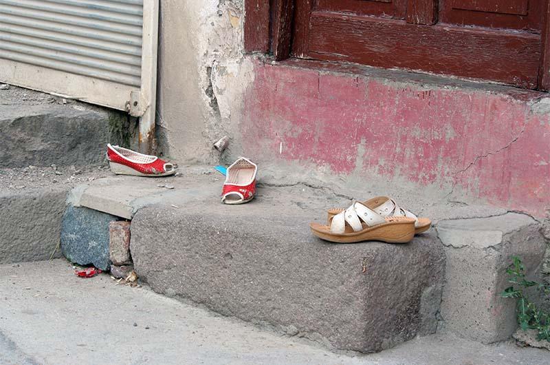 В Турции принято оставлять обувь снаружи жилища. Фото сделано в жилой части крепости.