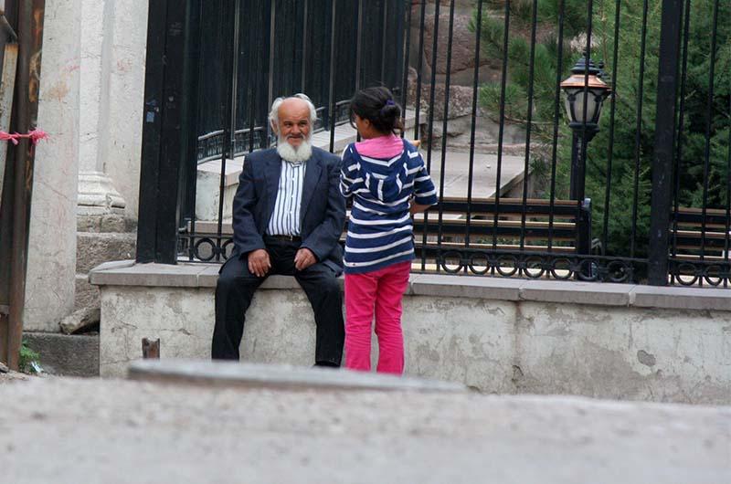 Местные жители на улицах крепости.