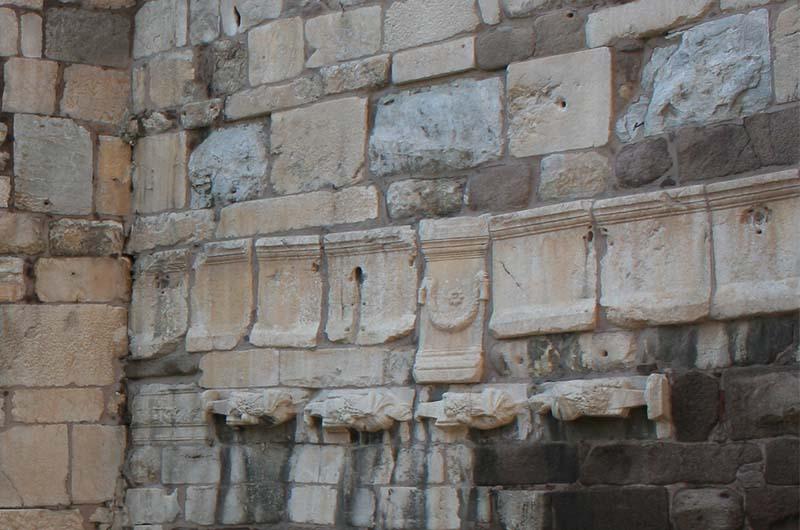 """""""Вторсырье"""" в стене крепости. Скорее всего, это части саркофага."""
