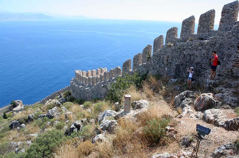На стенах крепости есть дорожка, по которой можно идти.