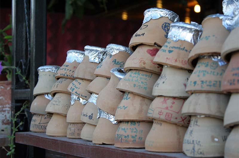 Глиняные крышечки от горшочков, в которых готовится тести-кебаб.