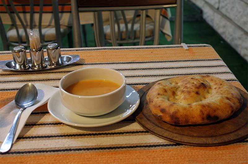 Суп чорба и очень вкусная турецкая лепешка.