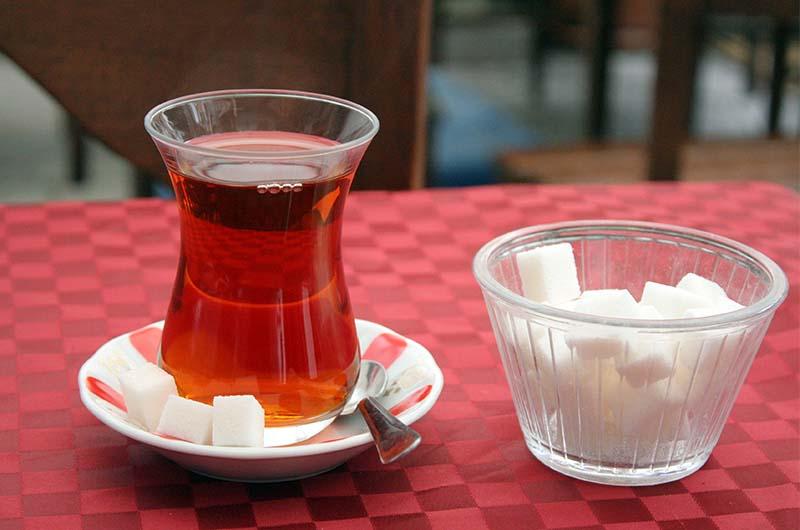 Чай в традиционном турецком стаканчике.
