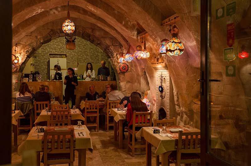 Интерьер пещерного ресторана с турецкой кухней Pumpkin Goreme Restaurant and Art Gallery (Гереме).