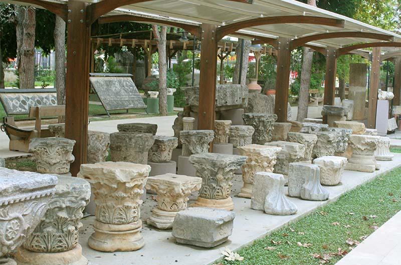 Элементы античных колонн в саду музея.