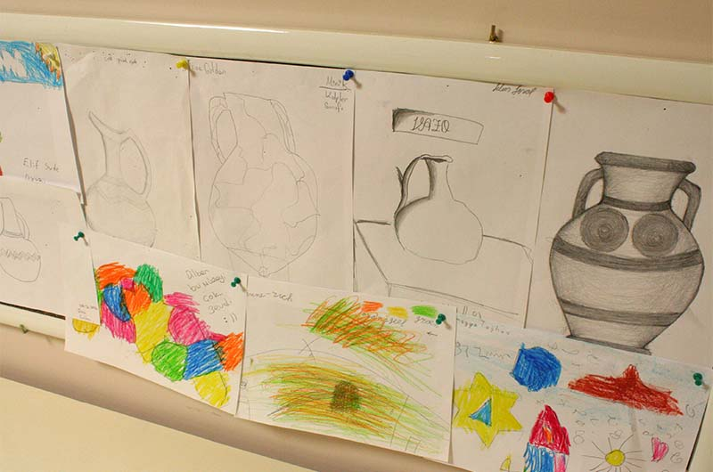 Детские рисунки в игровой комнате.