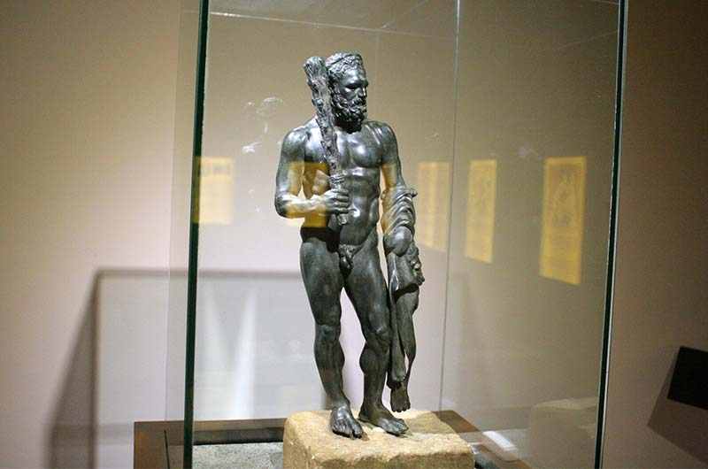 Бронзовая статуя Геракла высотой примерно один метр.