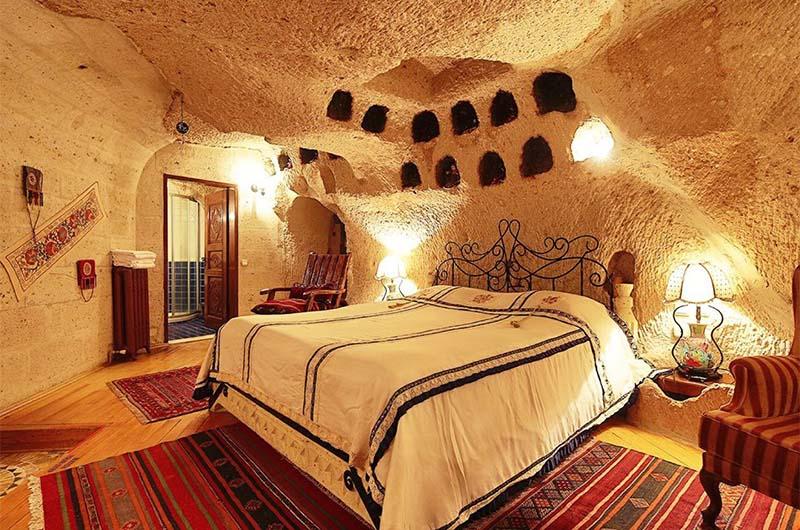 Интерьер номера в скальном отеле в Каппадокии.