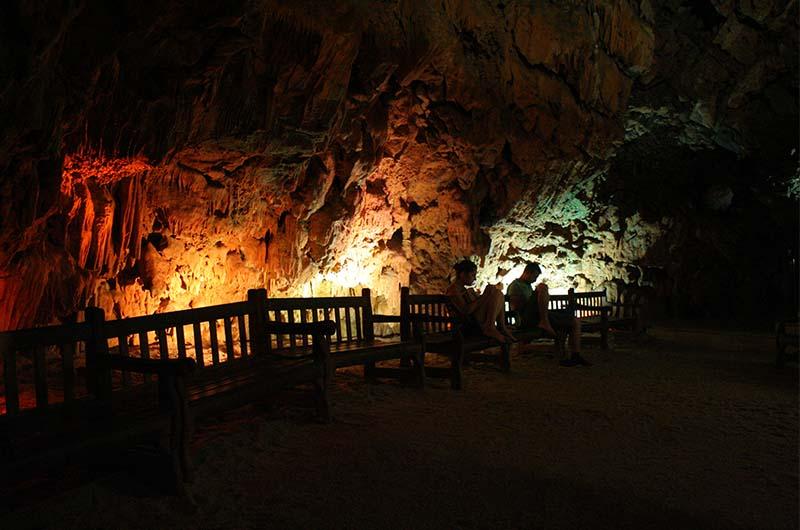 Туристы отдыхают на лавочках в пещере Дамлаташ.