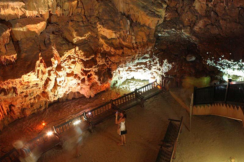 Вид на дно пещеры с лестницы.