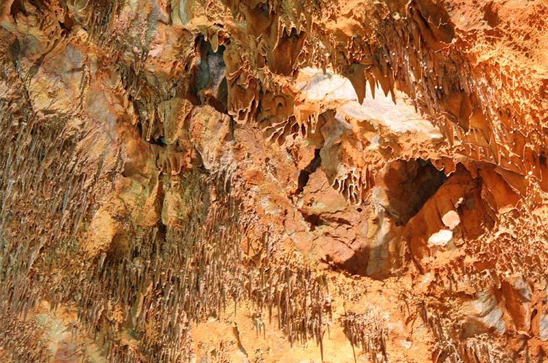 Еще один вид на сталактиты в пещере Дамлаташ.