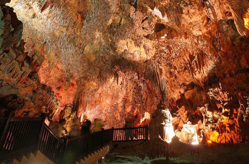 Глубина пещеры 15 метров. Спуск вниз оборудован лестницей.