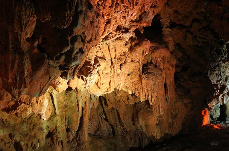 Наплывы на стенах пещеры.