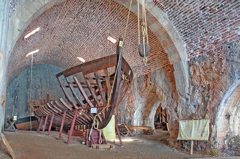Реконструкция каркаса корабля на верфи.