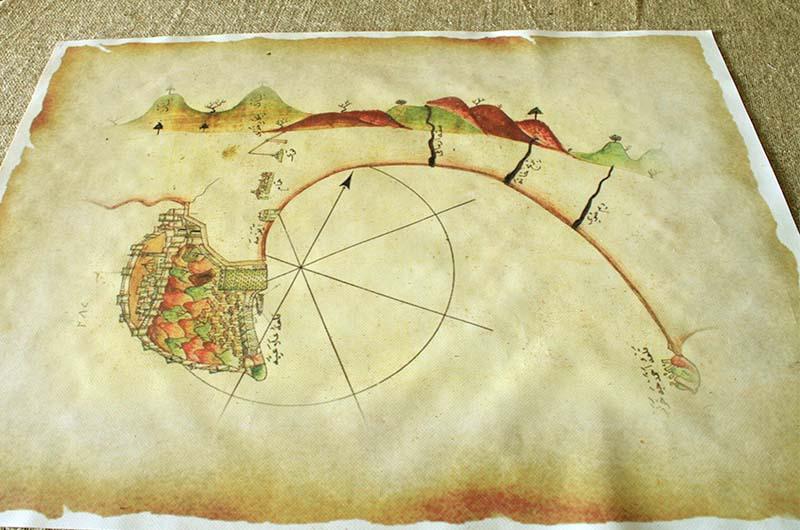 Необычная карта на столе в одной из мастерских.