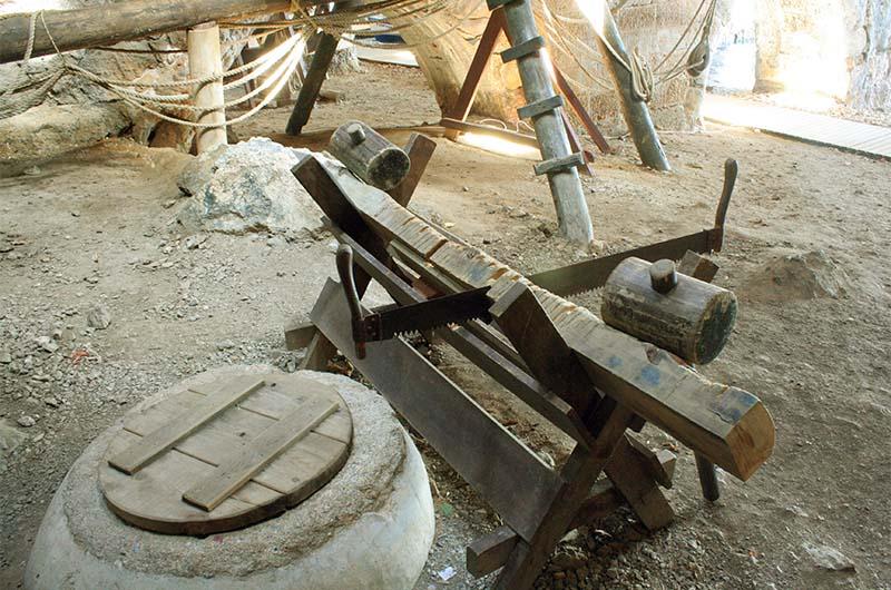 На переднем плане хорошо виден пересохший колодец, закрытый деревянной крышкой.