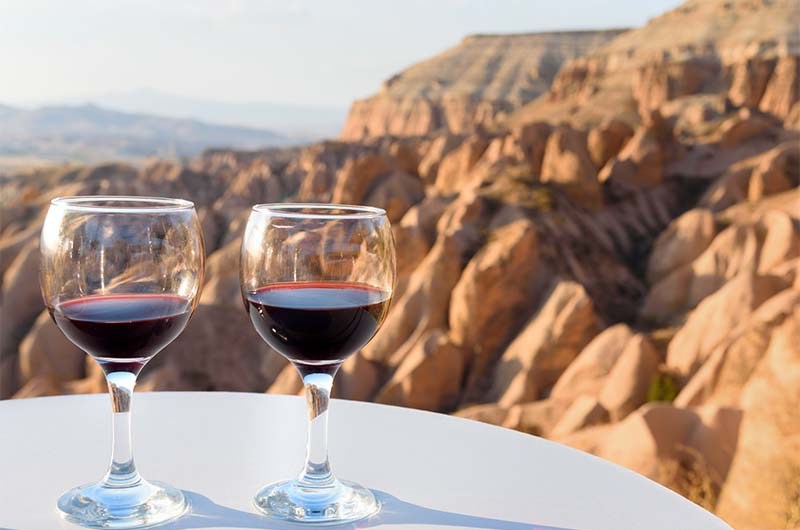 Красное вино на фоне долин Каппадокии.