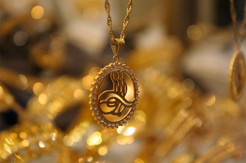 Золотое украшение на рынке в Кайсери.