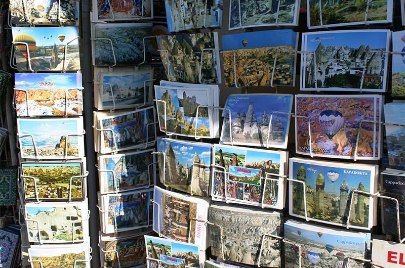 Продажа открыток на улицах в Гереме.