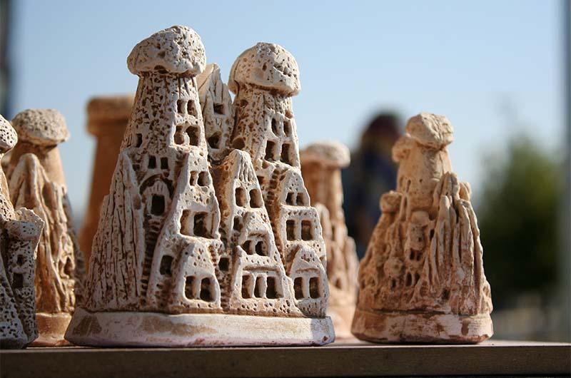 Статуэтки в виде скал Каппадокии с пещерными жилищами.