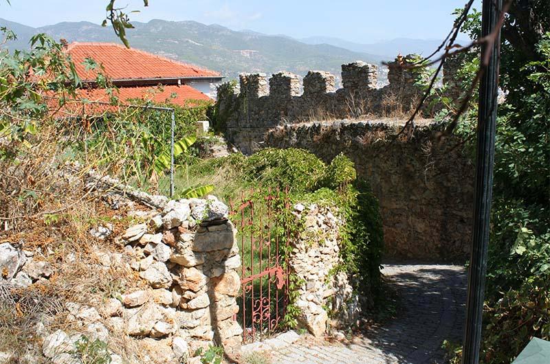 Узкая улочка Старой Алании петляет между домов и стен крепости.