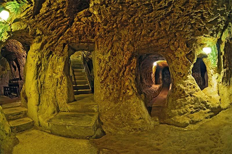На одном из этажей подземного города Деринкую.