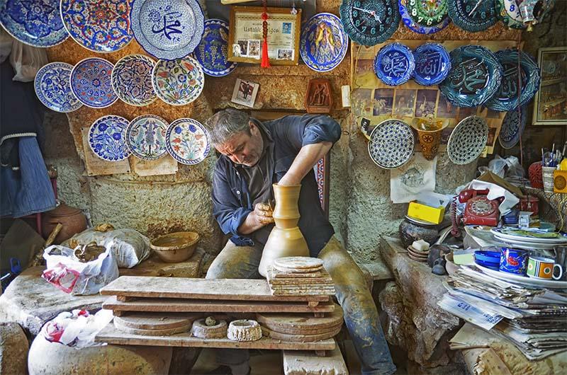 Гончар в мастерской в Каппадокии.