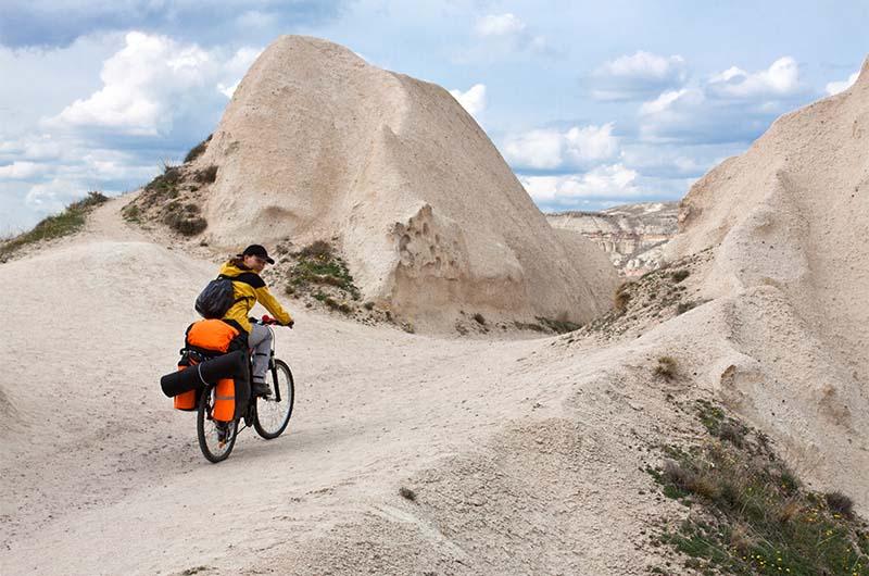 Велотурист в Каппадокии.