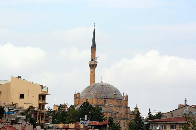 Мечеть Дамат Ибрагим-паши на фоне крыш города Невшехира.