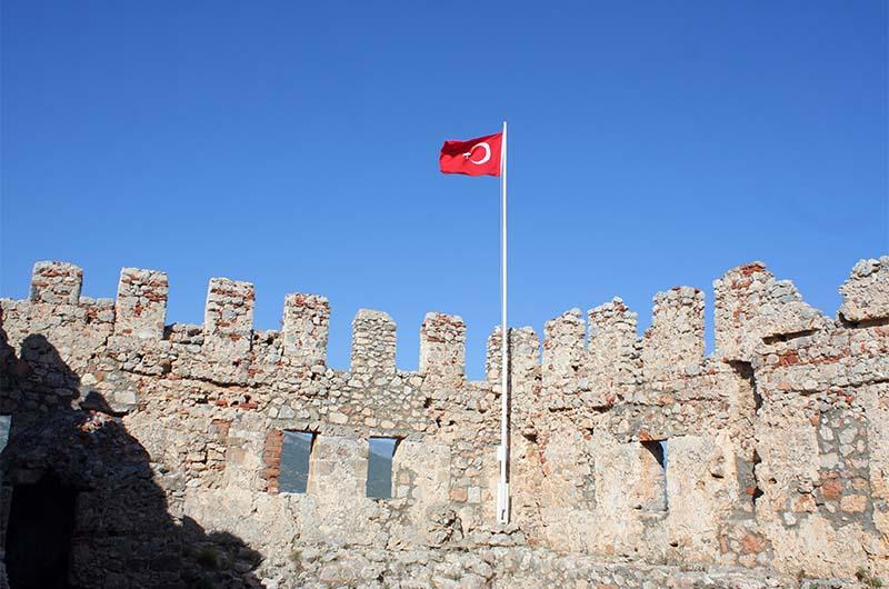 Флаг Турции над крепостью.