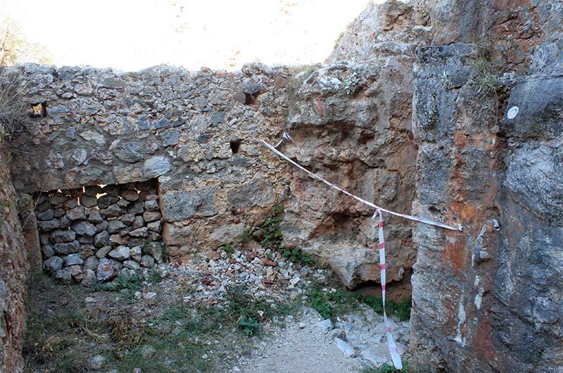 Условные ограждения опасных участков в крепости.