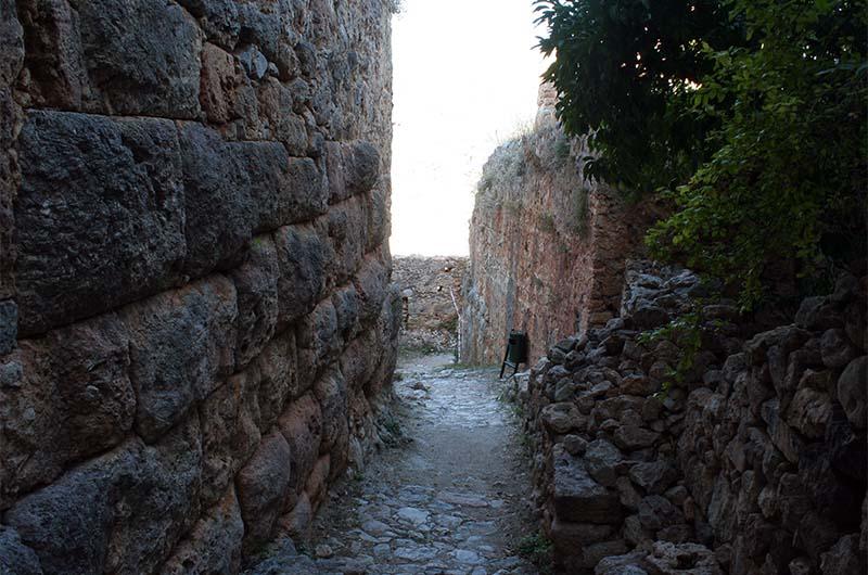 Хорошо видны крупные камни в основании кладки. Такие камни характерны для эллинистического периода.