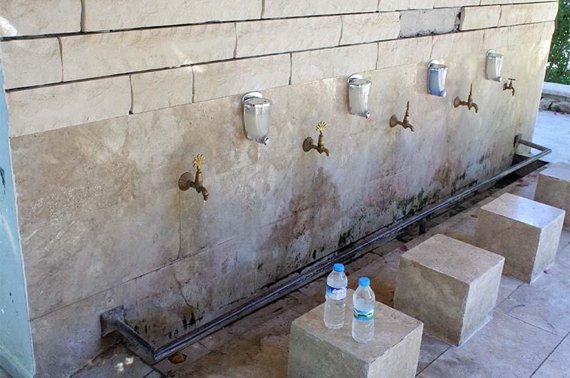 Место для омовения перед молитвой. Воду из-под кранов можно пить.