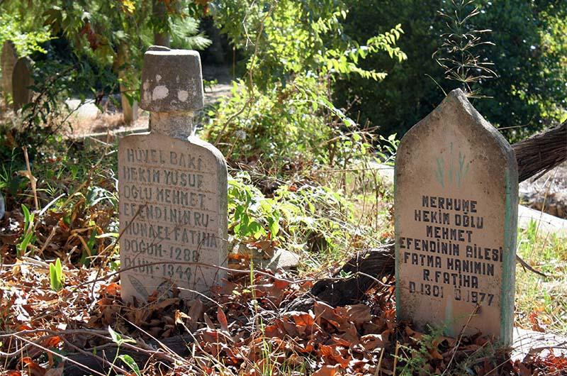 Старое кладбище около мечети. Обратите внимание на даты 1288-1344.