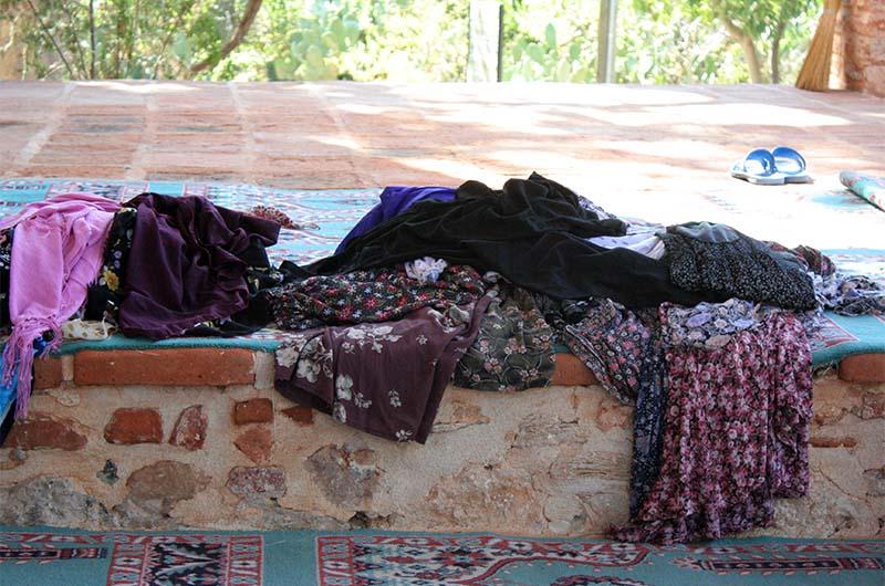 Перед входом лежат платки для женщин, чтобы ими прикрыть волосы и обнаженные ноги.