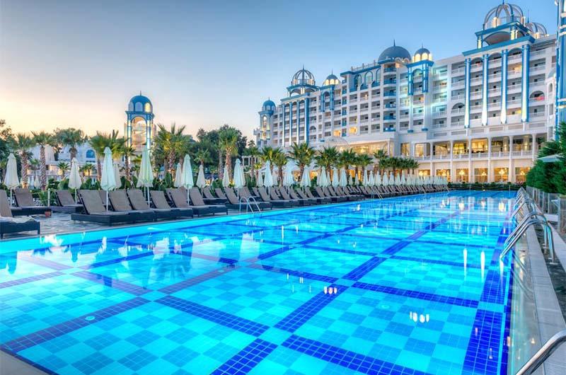 Отель 5 звезд Rubi Platinum Spa Resort & Suites недалеко от Алании.