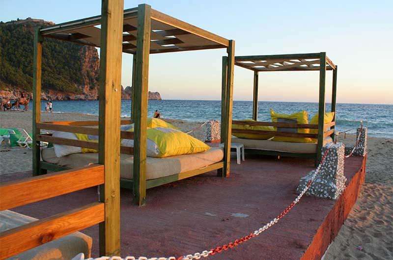 Помост для посетителей одного из кафе на пляже.