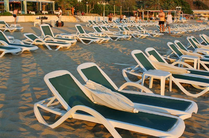 Лежаки на пляже под вечер свободны.