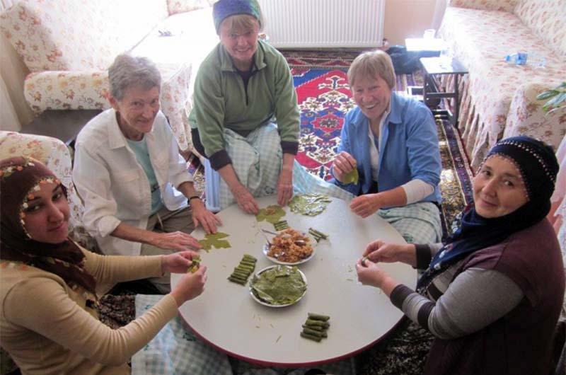 Туристы готовят долму на кулинарном мастер-классе в Айвали.