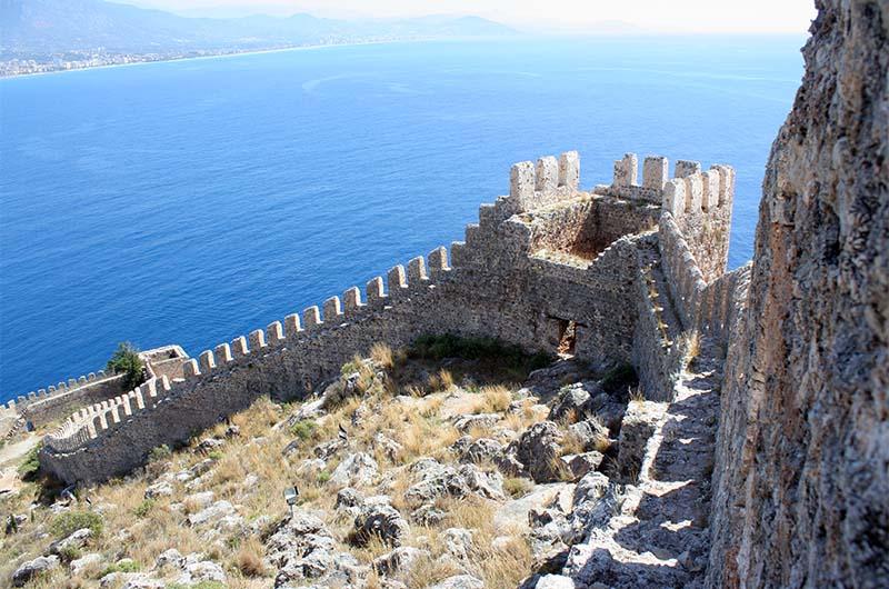 Вид на крепостные стены со смотровой площадки на горе.