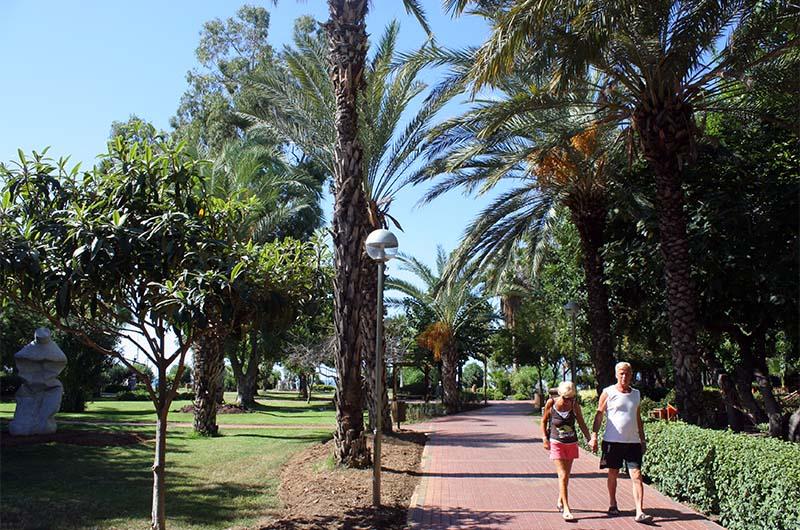Парк имени Ататюрка рядом с пляжем Клеопатры.
