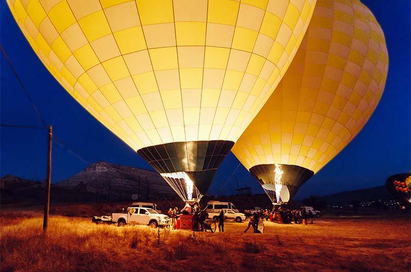 Подготовка воздушных шаров к взлету в Каппадокии.