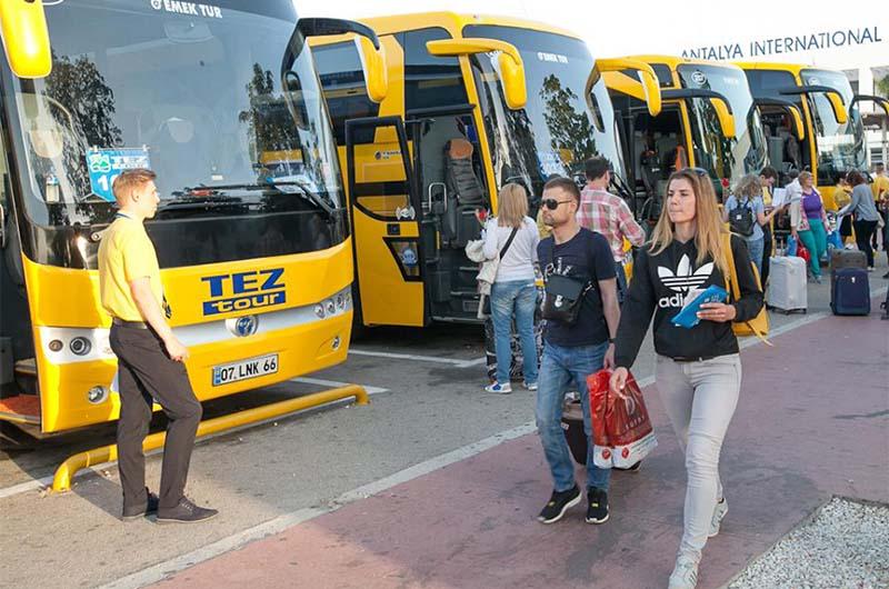 Трансфер с путевкой. Автобусы Tez Tour встречают туристов в аэропорту Анталии.