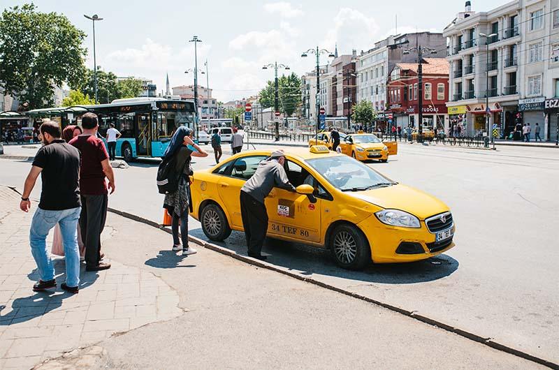 Местные жители  договариваются с таксистом в Стамбуле.