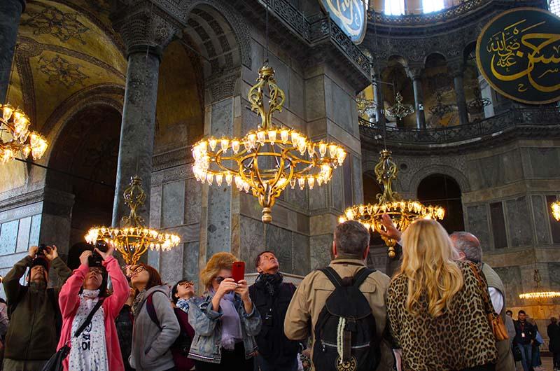 Низко висящие люстры были добавлены при османах.