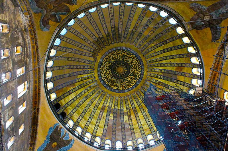 Диаметр главного купола 30 метров.