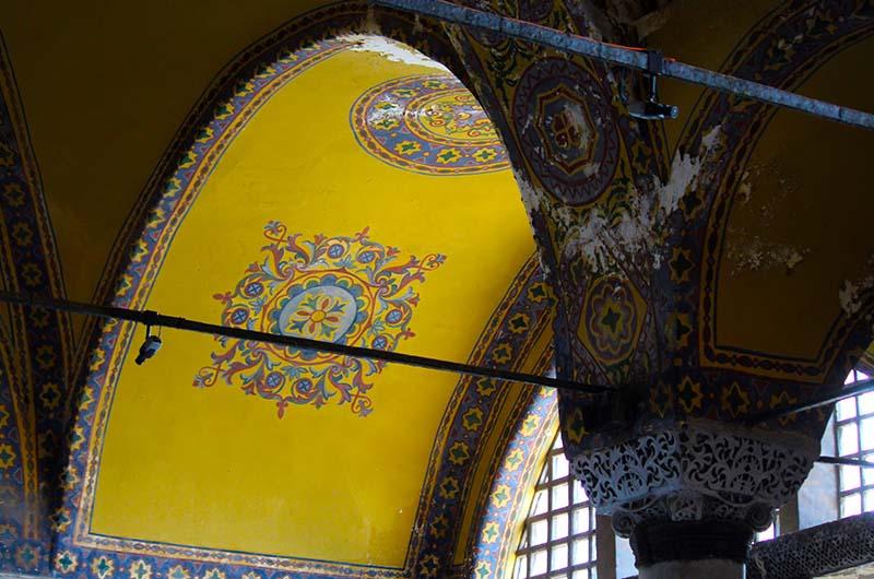 Роспись арок на штукатурке.