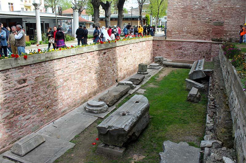 Этот котлован перед входом в собор Айя-София – результат раскопок более древних построек, которые располагались здесь ещё до строительства храма.