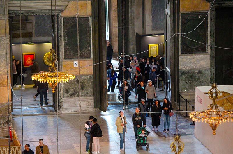 Туристы входят в собор через Императорские ворота.
