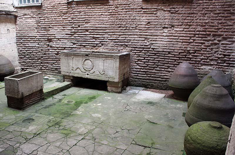 Сосуды для хранения масла во внутреннем дворике крестильни.